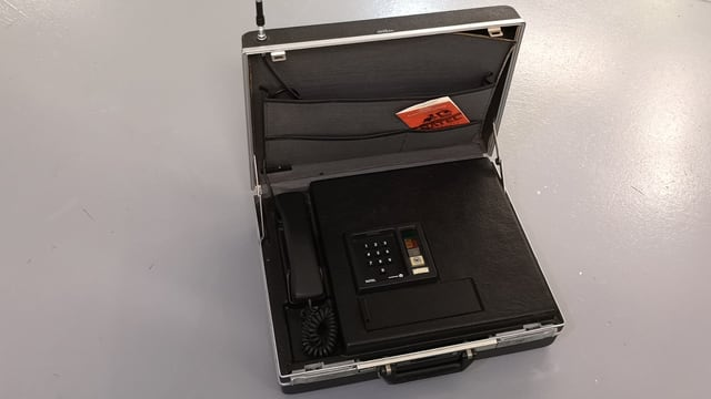 Telefon in einem Koffer.