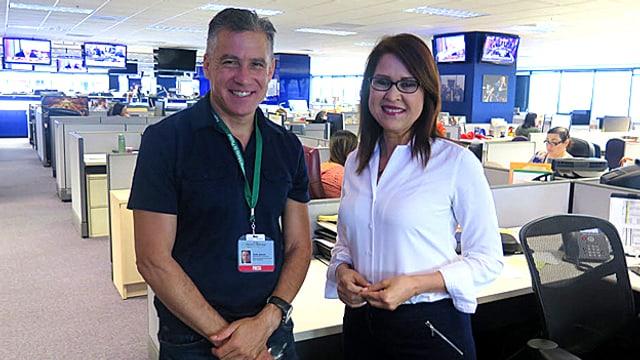 Daniel Gonzalez und Elvia Diaz, Journalisten bei der «Arizona Republic» stehen in ihrer Redaktion.