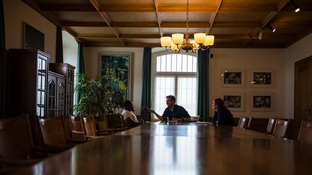 Tom Gisler im Gespräch mit Emenike im Gefängnis Lenzburg.