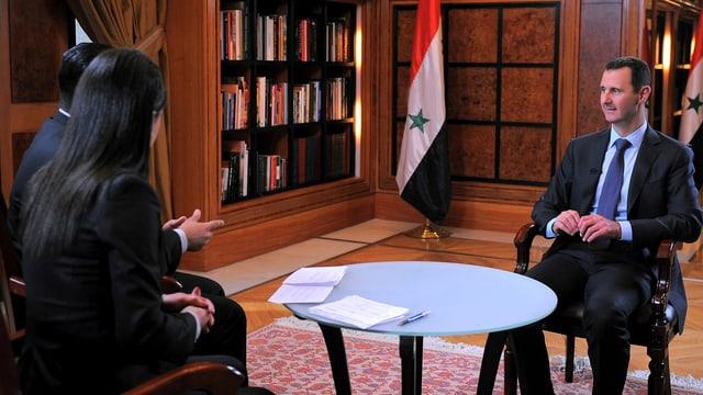 Aufnahmen, die von der staatlichen Agentur Sana verbreitet wurden, zeigen Assad mit den Journalisten des Senders al-Ichbarija.