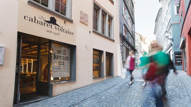 """Ein Haus in der Altstadt, Aufschrift """"cabaret voltaire"""""""