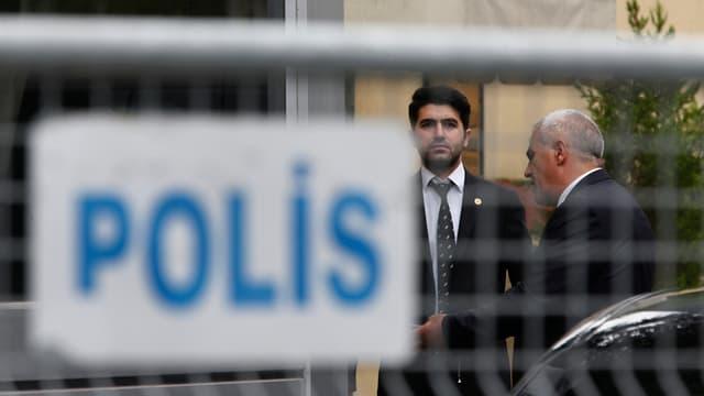 Zwei Männer stehen vor dem saudischen Konsulat in Istanbul.