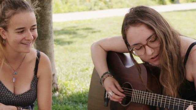 Maya und Francesca beim Gitarre spielen