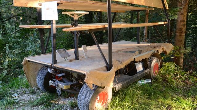 Eine Holzbank auf vier Rädern.