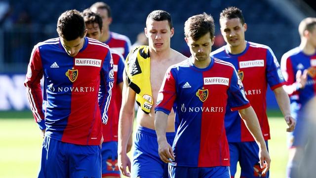 Die Spieler des FC Basel lassen nach dem Schlusspfiff die Köpfe hangen und trotten in die Garderobe.
