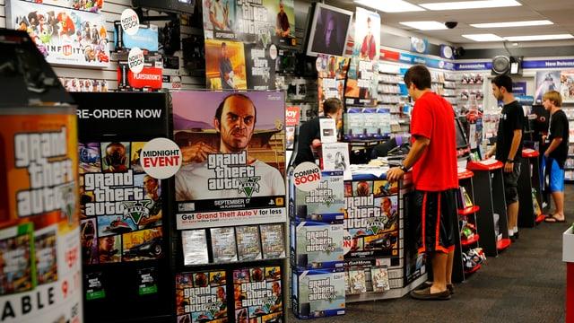 Junge Männer stehen in einem Game-Geschäft an der Ladentheke.