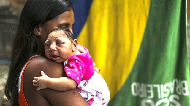 Jetzt ist wissenschaftlich erwiesen, dass es einem Zusammenhang gibt zwischen dem Zika-Virus und der sogenannten Mikrozephalie bei neugeborenen Babys. Übertragen wird das Zika-Virus von der Ägyptischen Tigermücke.