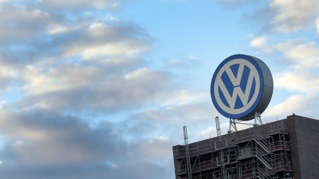 VW-Firmenschild auf einem Dach