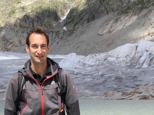 Porträtbild von David Volken vor dem Gletschersee.