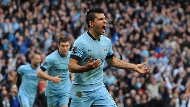 Manchester Citys Kun Agüero lässt sich nach seinem Treffer von den Zuschauern im Stadion feiern.