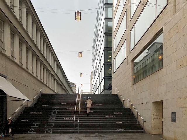 Eine Frau steigt Treppen hoch.