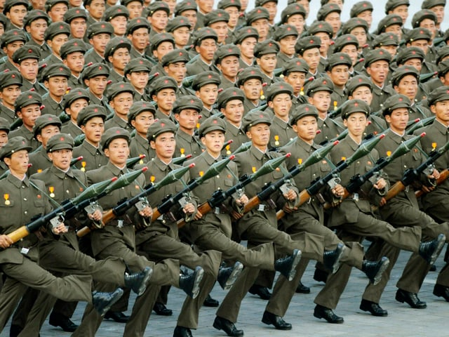 Militärparade in Nordkorea. Die Soldaten marschieren in einer eindrücklichen, aber auch etwas umheimlich genauen Ordnung.