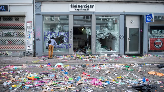 Gronds donns: Las restanzas dals cravals da venderdi notg en las vias da Hamburg.