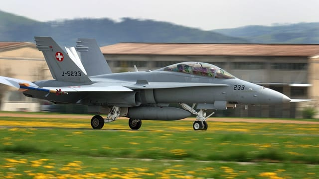 Eine F/A-18 startet in Payerne (VD), Symbolbild