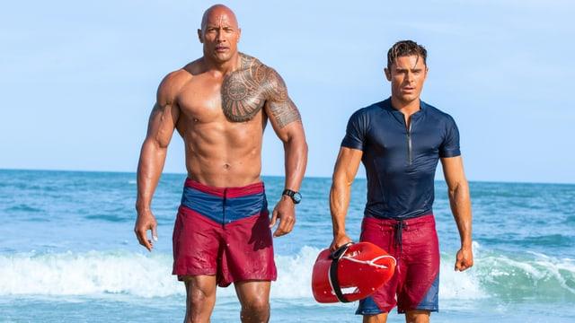 Zwei Männer steigen aaus dem Meer.