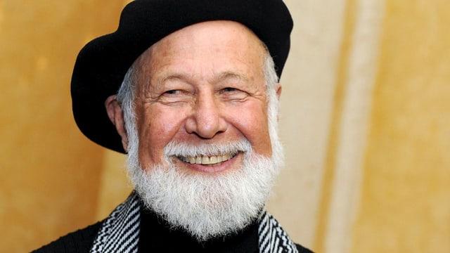 Lachend mit Hut: der israelische Dichter Elazar Benyoëtz.