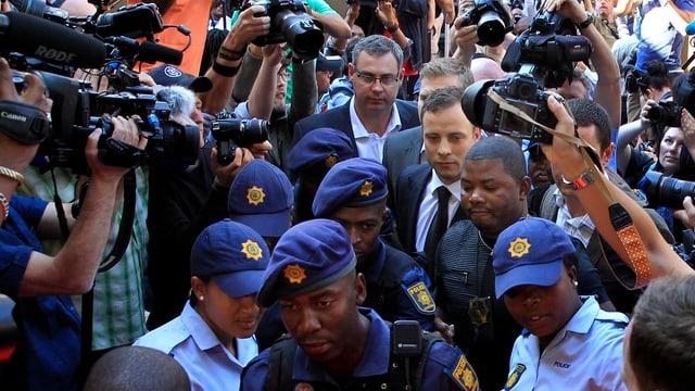 Pistorius amez cameras e microfons.