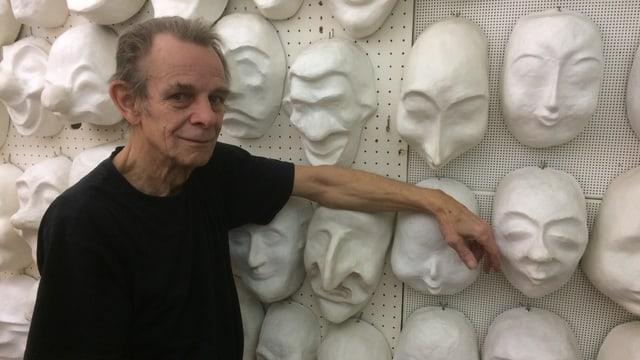 Hans Ledermann steht vor Larven-Modellen.