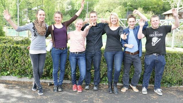 Sieben Jugendliche freuen sich über den Sieg im Sprachwettbewerb LINGUISSIMO.