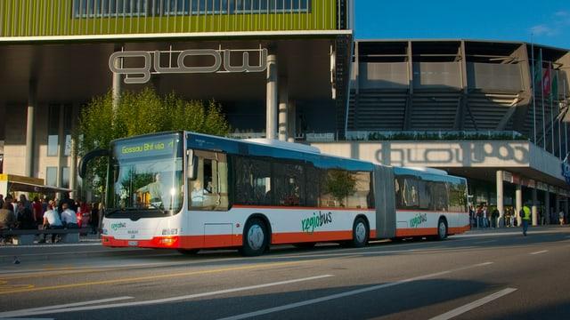 Regiobus fährt an AFG-Arena vorbei.