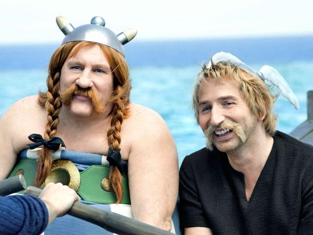 Obelix sitzt in einem Boot.