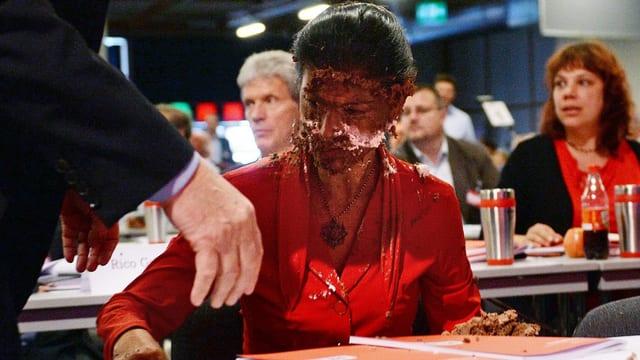 Bild von Sarah Wagenknecht mit Tortenstücken im Gesicht.