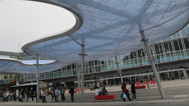 Unter der Wolke finden die Wartenden am Bahnhof Aarau zumindest teilweise Schutz vor dem Wetter.