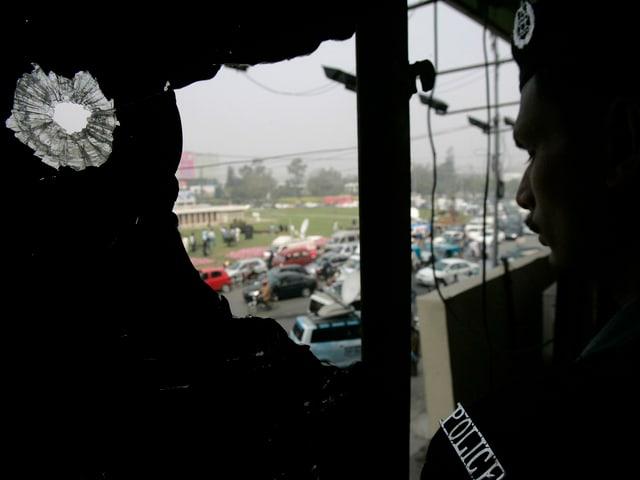 Ein Polizist am Ort der Attacke auf den Bus des Cricket-Teams