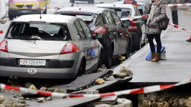 Gewaltiger Schaden an Strasse, Autos und Häusern: Wasserrohrbruch in Zürich-Wiedikon.