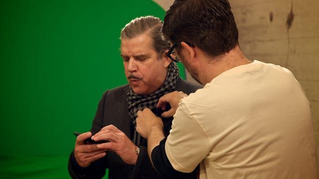 Guido Berger steckt Boris Blank ein Mikrophon an
