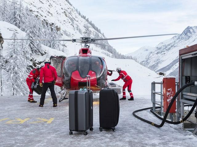 Dabei müssen die Piloten auch das Gepäck der Touristen transportieren.