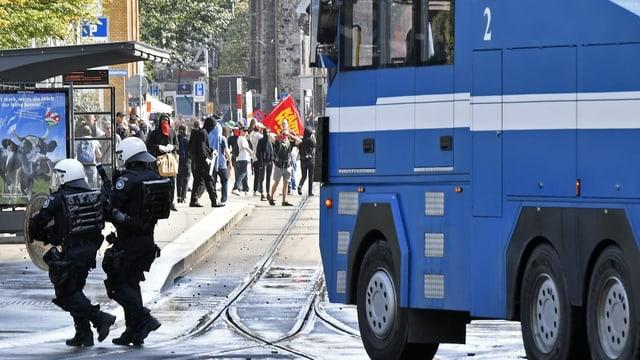 Die Polizei schreitet bei einer unbewilligten Gegendemonstration ein.