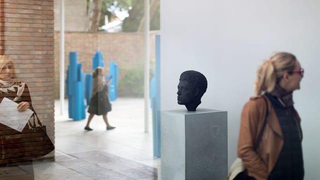 Rekonstruktion der Giacometti-Büste von Flora Mayo, im Hintergrund die blauen Skulpturen von Carol Bove.
