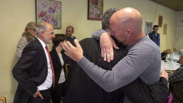 Filippo Lombardi wird vom FDP-Präsidenten getröstet