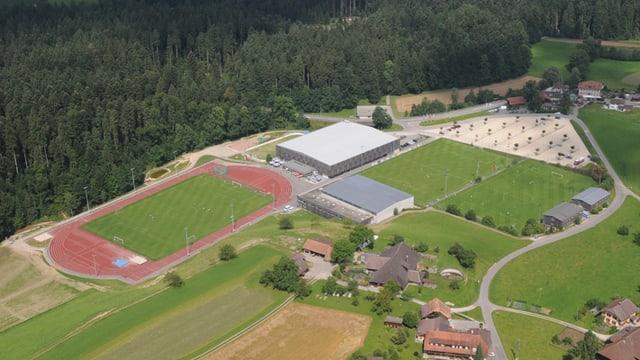 Luftbild des Campus mit Fussballfeld und Gebäuden.