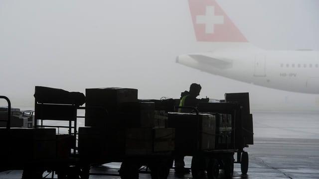 Viel Arbeit für die Frachtarbeiter am Flughafen Zürich im Monat März. Die Frachtmenge stieg markant.