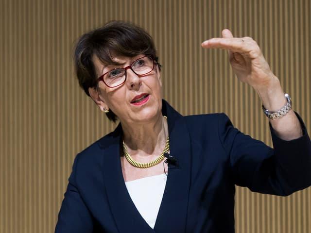 Susanne Ruoff im Anzug an einer Konferenz.
