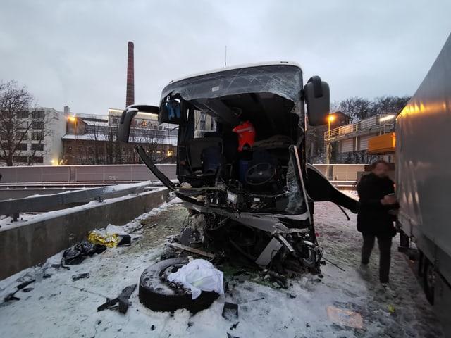 Die Kantonspolizei ist wegen des Unfalls mit einem Grossaufgebot im Einsatz.