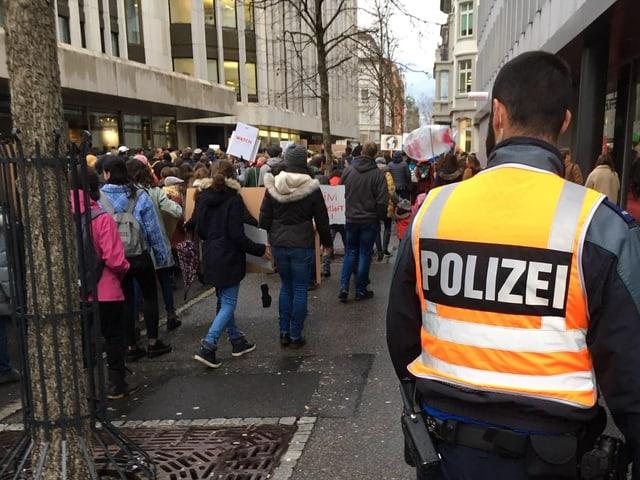 Polizist Demonstrierende