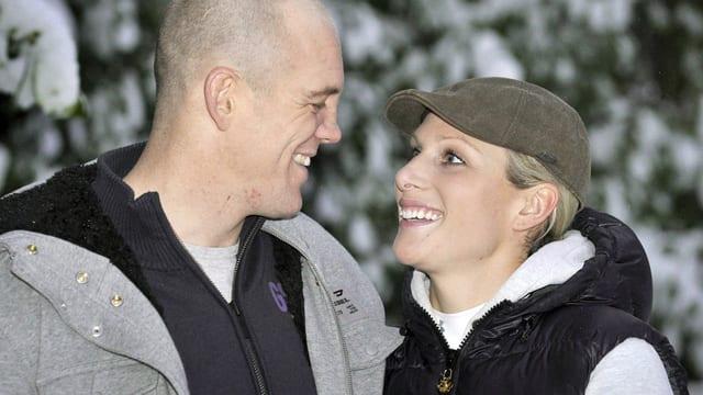 Zara und Mike Tindall sich lächeldn anblickend.