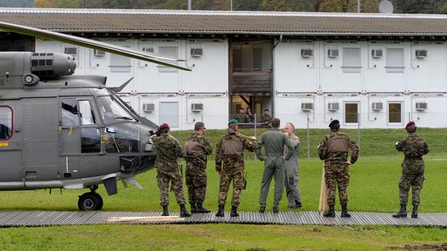 Ein Helikopter und Soldaten im Kompetenzzentrum Swissint in Stans im Kanton Nidwalden.