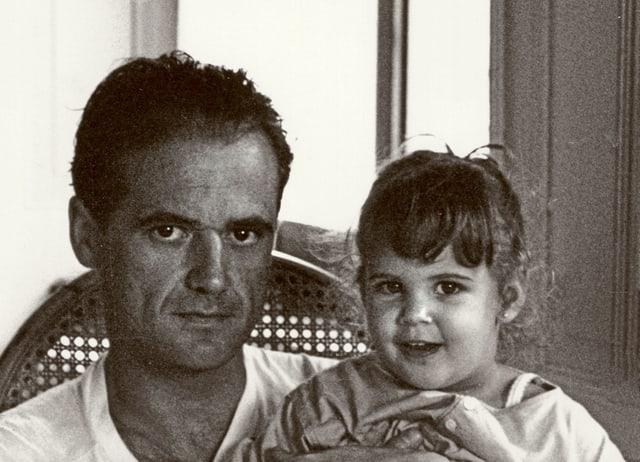 Ein Vater mit seiner kleinen Tochter.