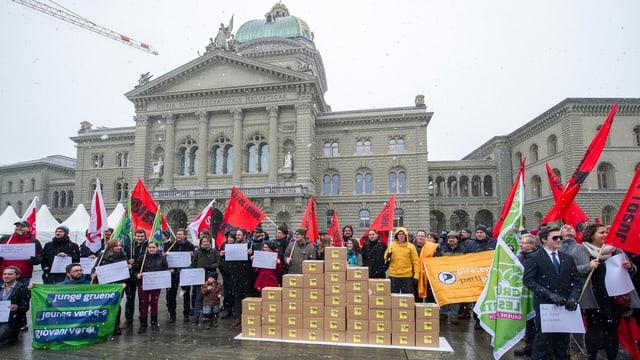 Das «Bündnis gegen den Schnüffelstaat» vor dem Bundeshaus in Bern mit Kisten und Transparenten