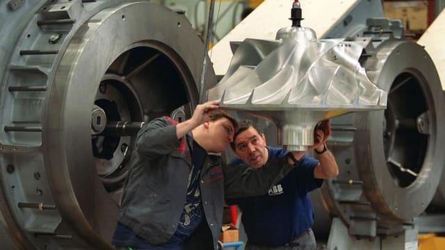 Zwei Mitarbeiter an einem Turbinenteil im Werk Baden