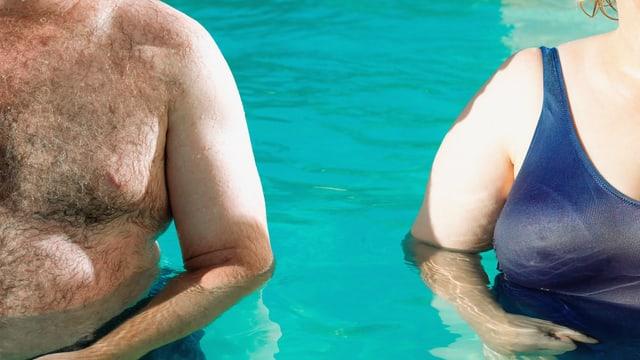 Füllige Körper eines Mannes und einer Frau nebeneinander in einem Schwimmbecken.