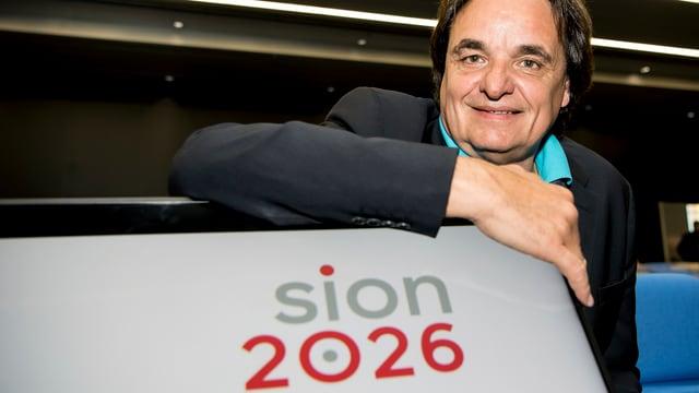 Christian Constantin vicepresident dal comite cun il logo da Sion 2026.