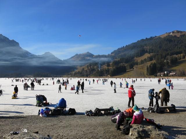 Viele Leute am Eislaufen oder Spazieren auf dem Schwarzsee.