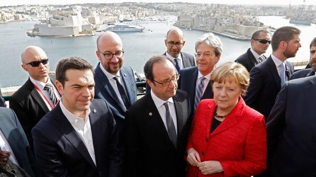 Alexis Tsipras, François Hollande und Angela Merkel. Im Hintergrund das Fort Ricasoli (L) und das Fort Saint Angelo (R).