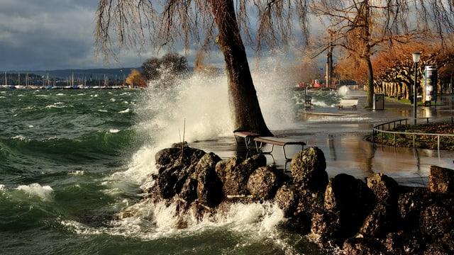 Schweren Wellen brechen sich am Ufer des Zugersees