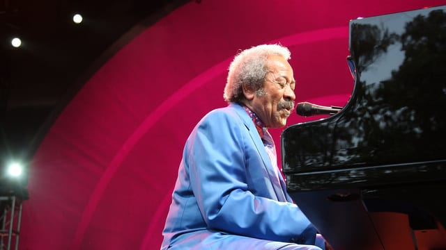 Allen Toussaint am Klavier.